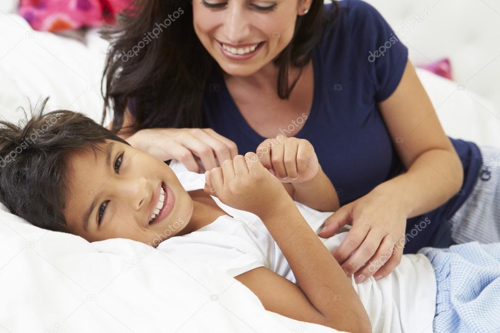 Сын в постели с матерью фото 662-318