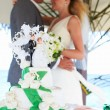 Foto Stock: Beach Wedding Ceremony With Cake In Foreground