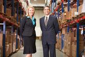 Interesu i biznesmen w dystrybucji magazynu — Zdjęcie stockowe