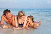 Familia tirado en mar en vacaciones en la playa tropical — Foto de Stock