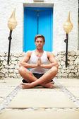 Man mediteren buitenshuis in health spa — Stockfoto