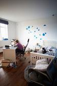 Garoto usando laptop no quarto — Foto Stock
