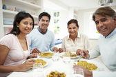 Indiase familie eten — Stockfoto