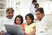 Indiase familie thuis — Stockfoto