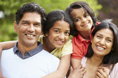 Indiase familie wandelen in het platteland — Stockfoto