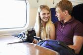 Giovane coppia in viaggio — Foto Stock