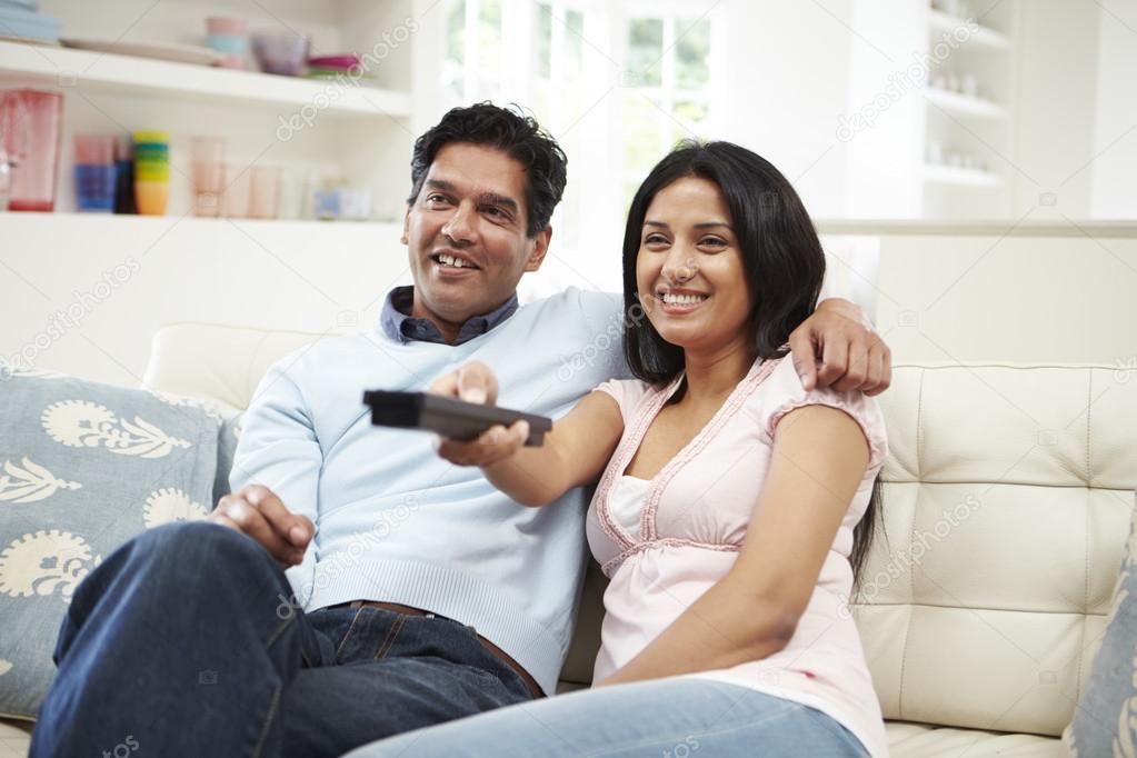 看电视对印度情侣
