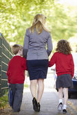 Mother Walking To School With Children — Stockfoto