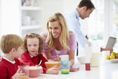 Family Having Breakfast In Kitchen — Stock fotografie