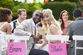 Невеста и жених, наслаждаясь едой — Стоковое фото