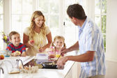 Father Preparing Family Breakfast — Stockfoto