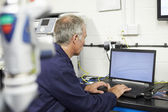 Engineer Using Computerized CMM Arm — Stockfoto