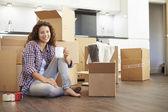 Vrouw verhuizen naar nieuw huis — Foto de Stock