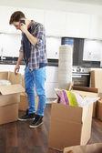 Hombre mudarse a nueva casa — Foto de Stock