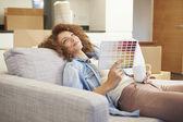 ソファの上に座っている女性 — ストック写真