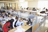 忙しいモダンなオープン プラン オフィスのインテリア — ストック写真