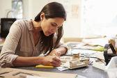 Arquiteto feminino tornando modelo no escritório — Fotografia Stock