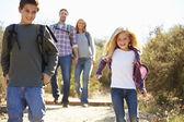 Matky a děti na pěší túru do krajiny nošení batohu — Stock fotografie