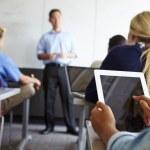 Öğrenci sınıfta dijital tablet kullanma — Stok fotoğraf #48462975