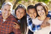 Retrato da família latino-americano no campo — Foto Stock