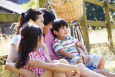 Asian Family Resting By Fence — Foto Stock