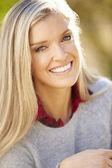 Ritratto di una donna attraente in campagna — Foto Stock