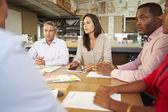 Grupp arkitekter som sitter runt bordet har möte — Stockfoto