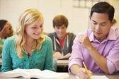 Lehrer helfen gymnasiast — Stockfoto