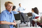 Estudante do ensino médio macho usando laptop — Foto Stock