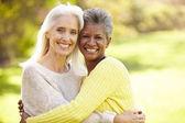 2 つの成熟した女性の友人を抱き締める — ストック写真