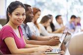 Classe de estudantes universitários que usam laptops em palestra — Fotografia Stock