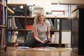 деловая женщина, сидя на офисный этаж с цифровым планшетом — Стоковое фото