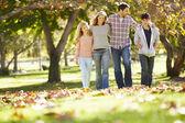 Família caminhando através da floresta de outono — Foto Stock