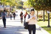 Estudantes que andam ao ar livre no campus da universidade — Foto Stock