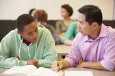 γυμνάσιο δασκάλου βοηθώντας φοιτητής — Φωτογραφία Αρχείου
