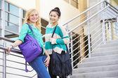 2 つの女子高校生が立っています。 — ストック写真