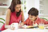 母助け息子の宿題を手伝って — ストック写真