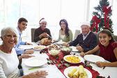 Multi generace rodina si vánoční jídlo doma — Stock fotografie