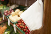 Sacs en papier de comptoir de fruits du magasin de la ferme — Photo