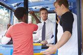 Passagerare argumentera med busschauffören — Stockfoto