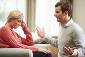 Jeune couple ayant l'argument à la maison — Photo