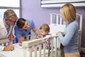 Mother And Daughter In Pediatric Ward Of Hospital — Stockfoto