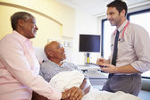 üst düzey çift ward üzerinde konuşurken doktor — Stok fotoğraf