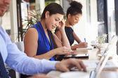 бизнес-леди с помощью цифрового планшета в кафе — Стоковое фото