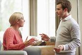 Młoda para o argument w domu — Zdjęcie stockowe