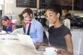 Businesswoman Using Laptop In Coffee Shop — Stockfoto