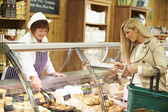 Female Sales Assistant Serving Customer In Delicatessen — Stock Photo