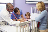 Mother And Daughter In Pediatric Ward Of Hospital — Foto Stock