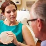 женщина-обсуждать увеличение груди — Стоковое фото #50696711
