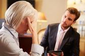男性のカウンセラーと話している女性 — ストック写真